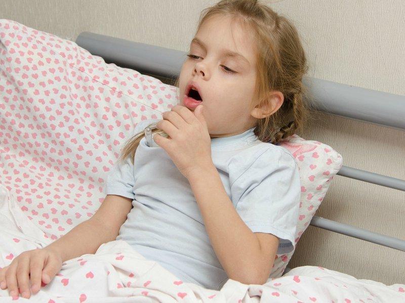 Έντονος βήχας: Αυτά είναι τα συμπτώματα που πρέπει να ανησυχήσουν τον γονιό
