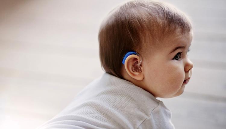 """Αυτή είναι η ελληνική πανεπιστημιακή κλινική που """"χάρισε ακοή"""" σε 25 μωράκια με βαριά βαρηκοΐα"""