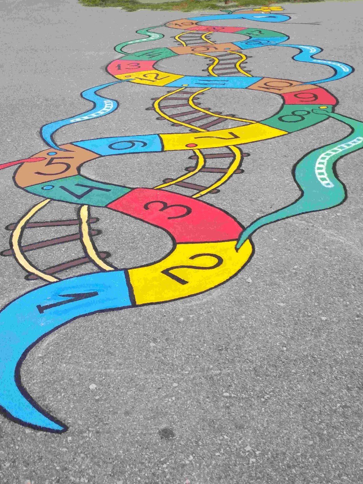 Το προαύλιο αυτού του σχολείου υποδέχεται τους μαθητές με χρώμα και πολλά παιχνίδια