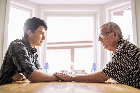 Μητέρα έδιωξε τον γιο της όταν της είπε ότι είναι γκέι και ο παππούς (και πατέρας της) την αποκλήρωσε