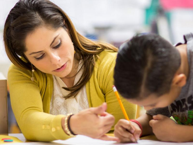 «Το παιδί μου θα πάει Γυμνάσιο και έχει ΔΕΠΥ. Χρειάζεται παράλληλη στήριξη, όμως φοβόμαστε το bullying»