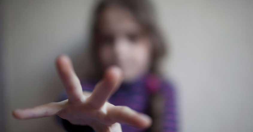 Βόλος: 29χρονος έκανε άσεμνες χειρονομίες στην 7χρονη κόρη της συντρόφου του – Η ετυμηγορία του δικαστηρίου