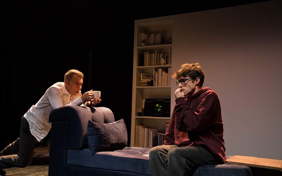 """Ο """"Γιος"""" στο θέατρο του Νέου Κόσμου είναι η παράσταση που κάθε γονιός με παιδί στην εφηβεία πρέπει να δει"""