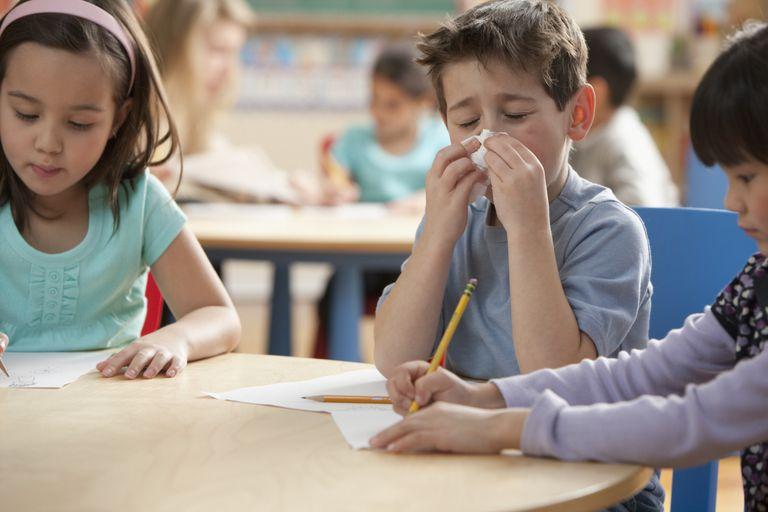 Εποχικές ιώσεις: Πότε το παιδί έχει αναρρώσει πλήρως ώστε να επιστρέψει στο σχολείο