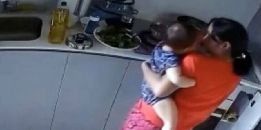 Νταντά έκαιγε μωράκι με καυτό νερό – Σοκαριστικές οι εικόνες που αντίκρισαν οι γονείς (video)
