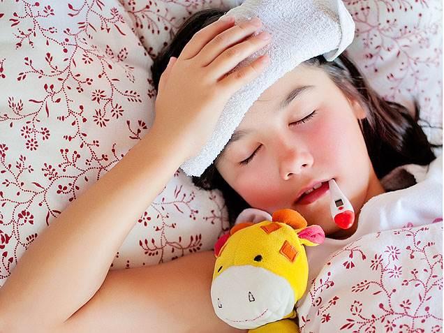 Ο παιδίατρος εξηγεί: Αυτά είναι 3 πράγματα που προσέχουμε όταν το παιδί «ψήνεται» στον πυρετό