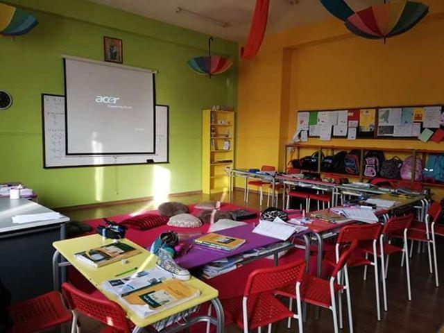 Οι εγκαταστάσεις και οι πολύχρωμες αίθουσες αυτού του ελληνικού σχολείου θα σας αφήσουν με το στόμα ανοιχτό