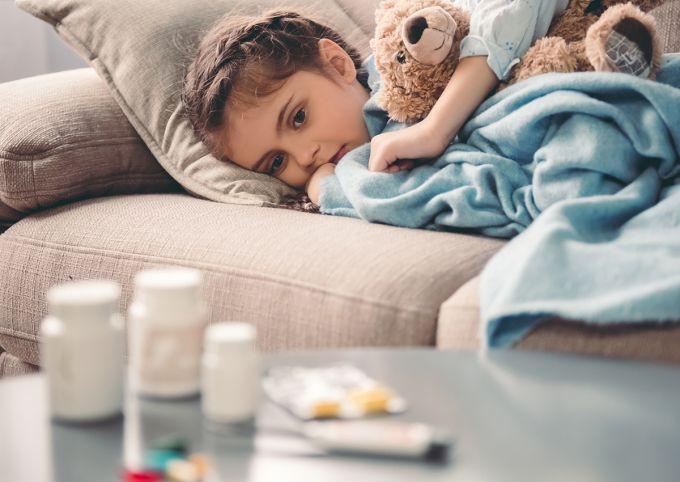 Ο παιδίατρος προειδοποιεί: Μην κάνετε κατάχρηση του αντι-ικού φαρμάκου και των αντιβιοτικών