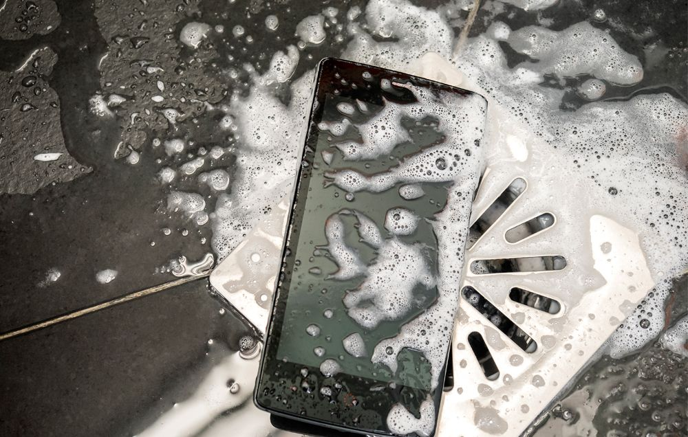 15χρονη πέθανε από ηλεκτροπληξία στο μπάνιο ενώ φόρτιζε το κινητό δίπλα της