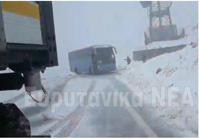 Καρπενήσι: Περιπέτεια σε σχολική εκδρομή – Μαθητές εγκλωβίστηκαν στο δρόμο προς το χιονοδρομικό