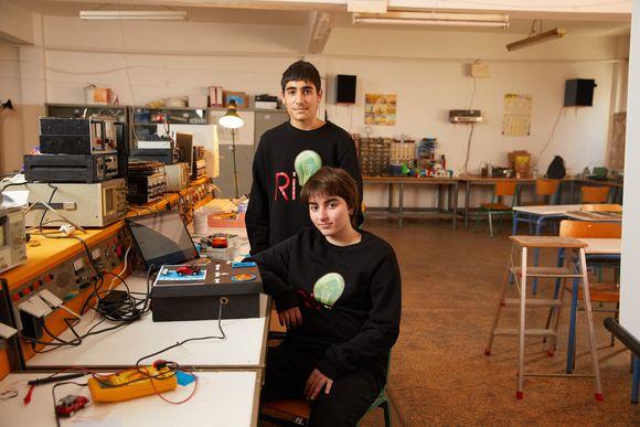 Δύο μαθητές του 3ου Γυμν. Κερατσινίου δημιούργησαν ένα καινότομο σύστημα διασφάλισης parking για ΑμΕΑ