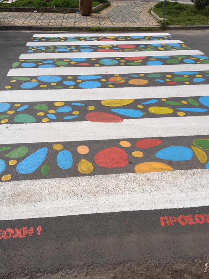 Το 5ο Δημοτικό Σχολείο Αλίμου απέκτησε μια υπέροχη πολύχρωμη διάβαση