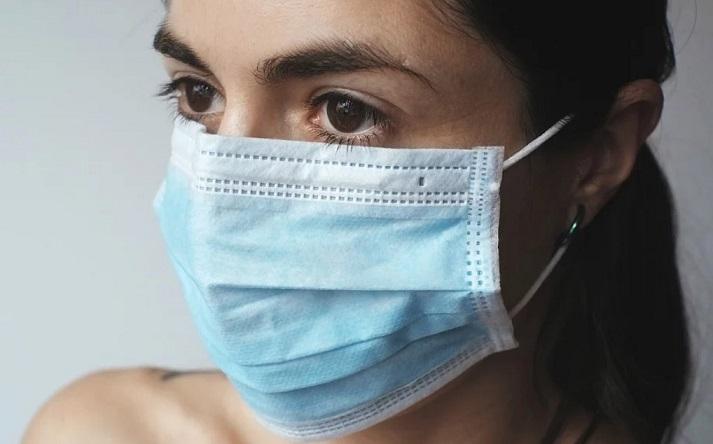 Αυτός είναι ο σωστός τρόπος να βάζουμε και να βγάζουμε τη μάσκα – Video με οδηγίες από το Υπουργείο Υγείας