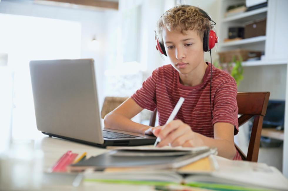 Οι μαθητές λένε «ναι» στην εξ αποστάσεως εκπαίδευση – Σαρώνουν τα μαθήματα τηλεκπαίδευσης στην ΕΡΤ2