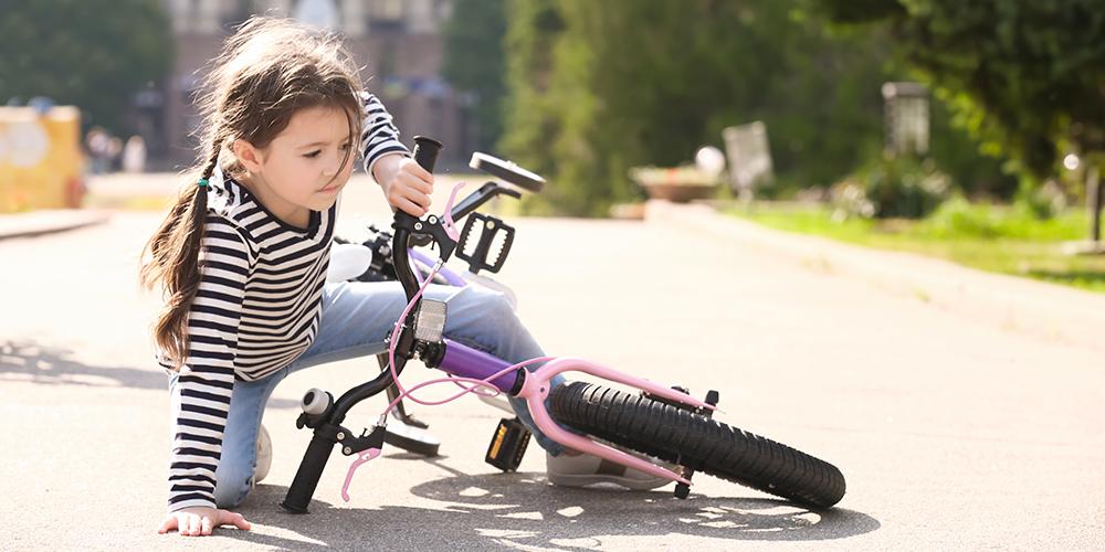 Ποιες είναι οι πιο συχνές κακώσεις στα παιδιά όταν πέφτουν με το ποδήλατο; Ο ορθοπαιδικός απαντά