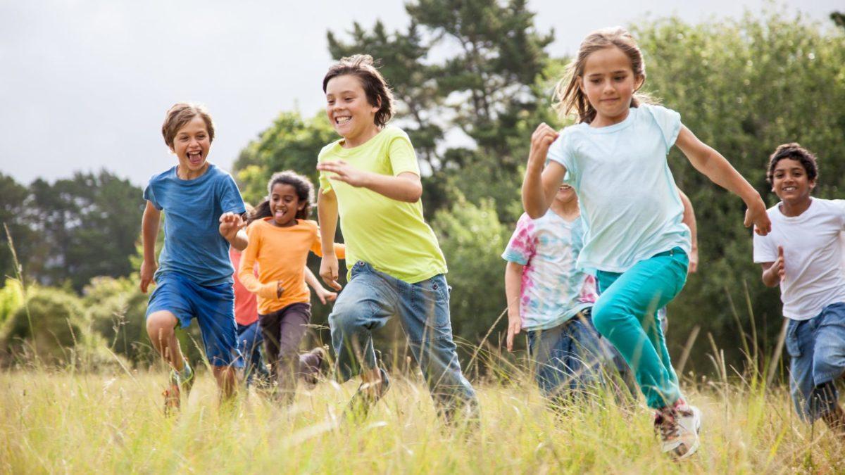 «Υπάρχει άμεση ανάγκη να παίξουν ξανά τα παιδιά με τους φίλους τους», λένε οι ψυχολόγοι