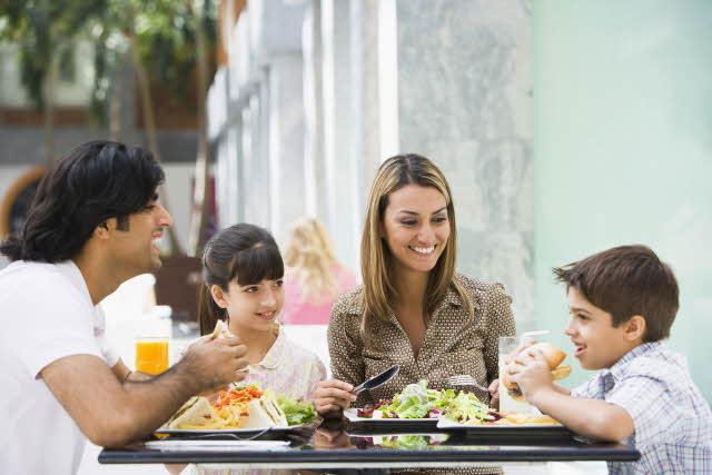 Ανοίγουν εστιατόρια και καφέ: Τι πρέπει να ξέρουμε πριν τα επισκεφθούμε με τα παιδιά μας
