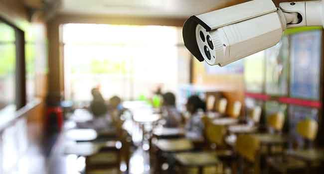 «Ένα παιδί δεν μπορεί να μάθει έχοντας μια κάμερα από πάνω του»: Η άποψη μιας δασκάλας που θα συζητηθεί
