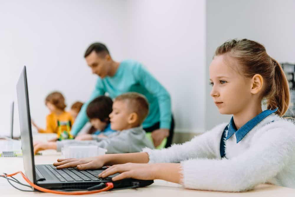 Δ. Πειραιά: Ηλεκτρονικοί υπολογιστές και διαδραστικοί πίνακες σε 39 σχολεία με χορηγία των Ελλήνων εφοπλιστών