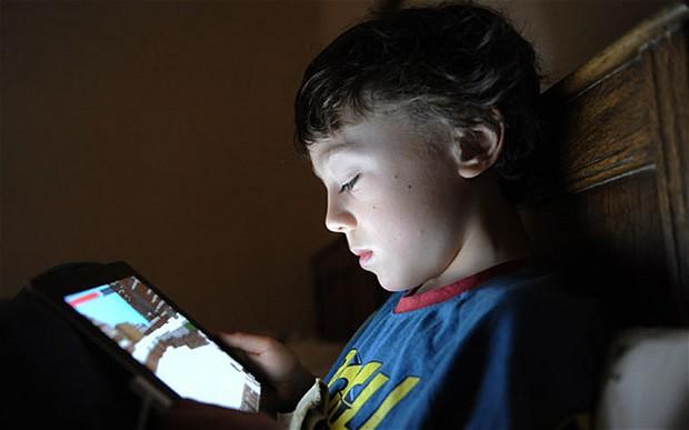 Ως πότε θα αφήνουμε τα παιδιά μας κολλημένα στις «οθόνες- νταντάδες»;