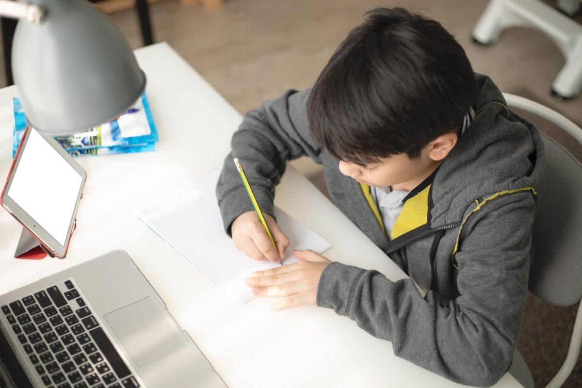"""""""Συγκινούμαι από τη προσπάθεια των μαθητών"""": Η εμπειρία ενός δασκάλου για την εξ αποστάσεως διδασκαλία"""