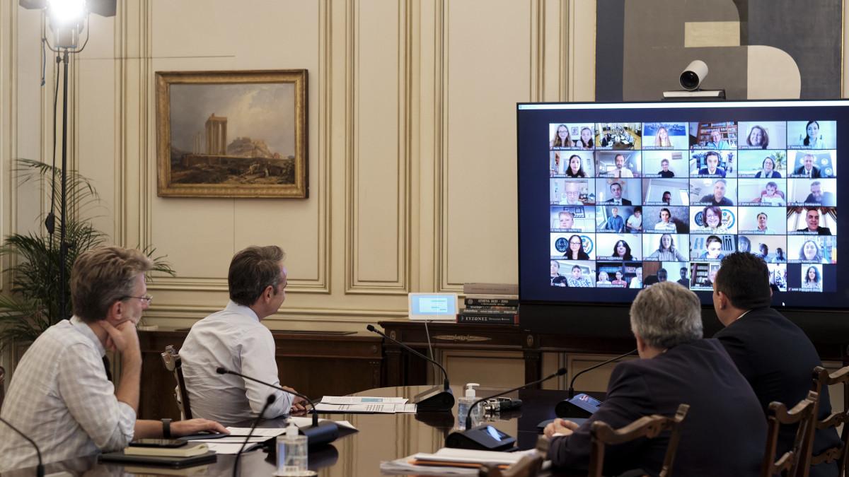 Μία τηλεδιάσκεψη staellinika του πρωθυπουργού με παιδιά που μαθαίνουν ελληνικά σε όλον τον κόσμο