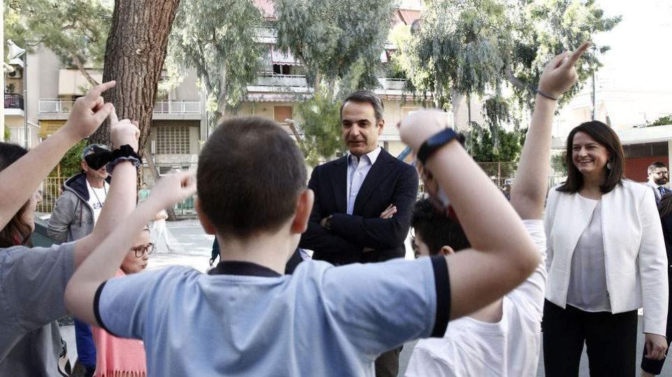 Στο 2ο Δημοτικό Σχολείο Καλλιθέας ο πρωθυπουργός Κυριάκος Μητσοτάκης μαζί με την Νίκη Κεραμέως