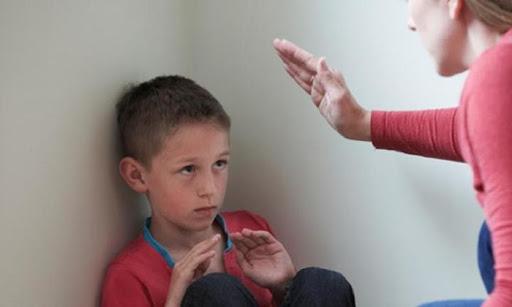 Γονιέ, το ξύλο που ρίχνεις στο παιδί σου «για να μάθει» δεν βγήκε από τον παράδεισο
