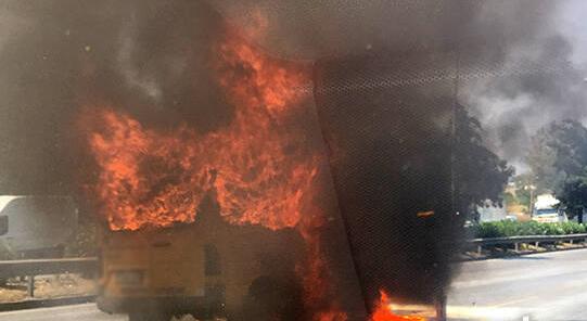 Τώρα- Φωτιά σε σχολικό στην Εθνική Οδό