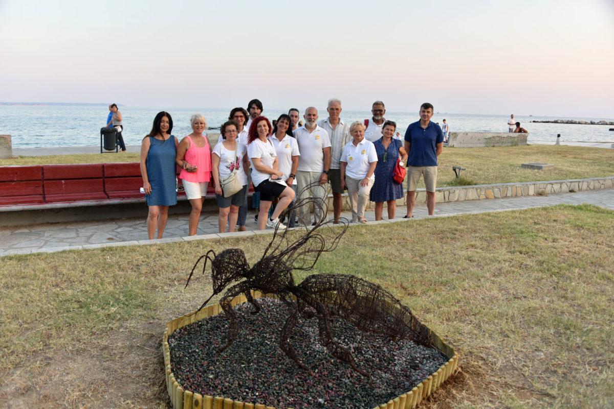 Το γλυπτό που τοποθετήθηκε στην παραλία των Ν. Μουδανιών είναι ένας ύμνος στις μέλισσες