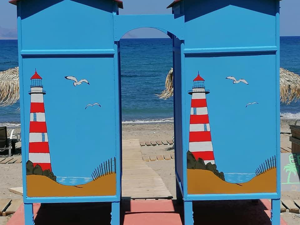 Αυτά τα πολύχρωμα αποδυτήρια σε παραλία των Κυθήρων θα τα ζηλέψουν όλες οι ακτές της χώρας!