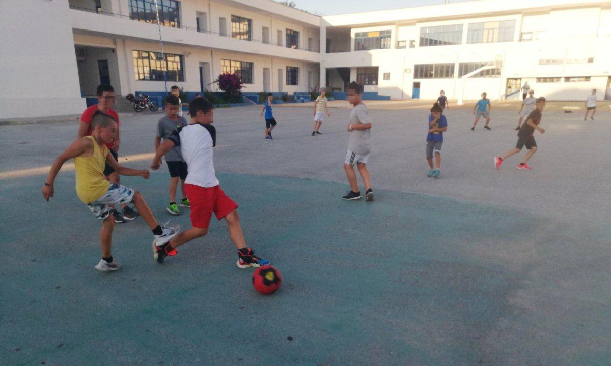 Το παιχνίδι ενώνει: Προσφυγόπουλα και ελληνόπουλα έπαιξαν ποδόσφαιρο και έστειλαν ηχηρό μήνυμα αλληλεγγύης