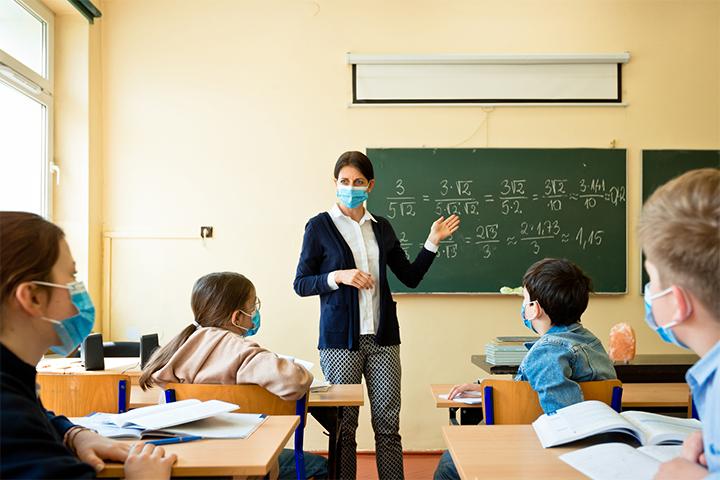 Μάσκα και στα σχολεία αν κριθεί αναγκαίο – Αυτή είναι η εισήγηση της Επιτροπής Λοιμωξιολόγων