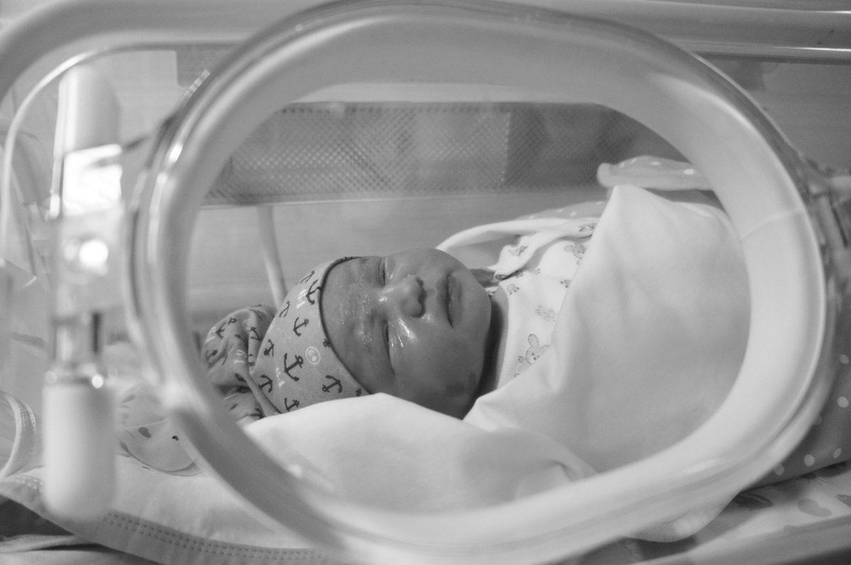 Σε θρίλερ εξελίσσεται ο θάνατος του μωρού μια μέρα αφότου γεννήθηκε – Οι υποψίες για κορωνοϊό