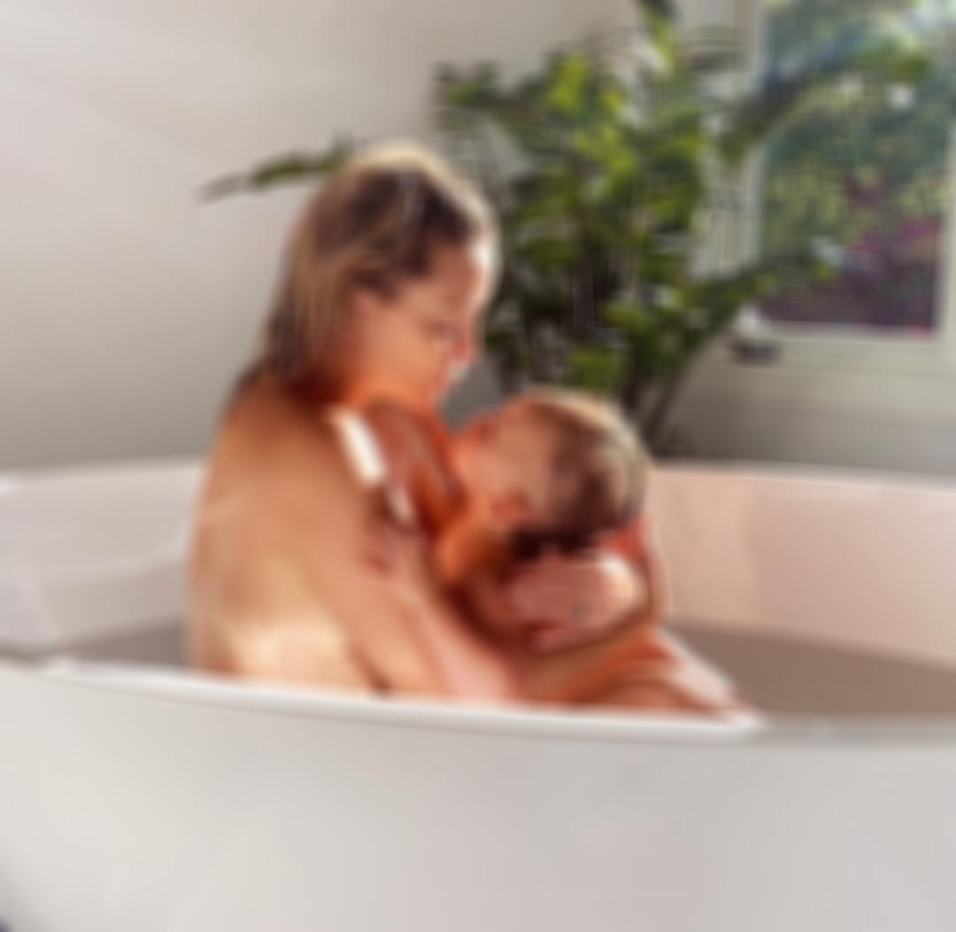 """Η φωτογραφία γνωστής ηθοποιού με το μωρό της στην μπανιέρα που """"έριξε"""" το Instagram"""