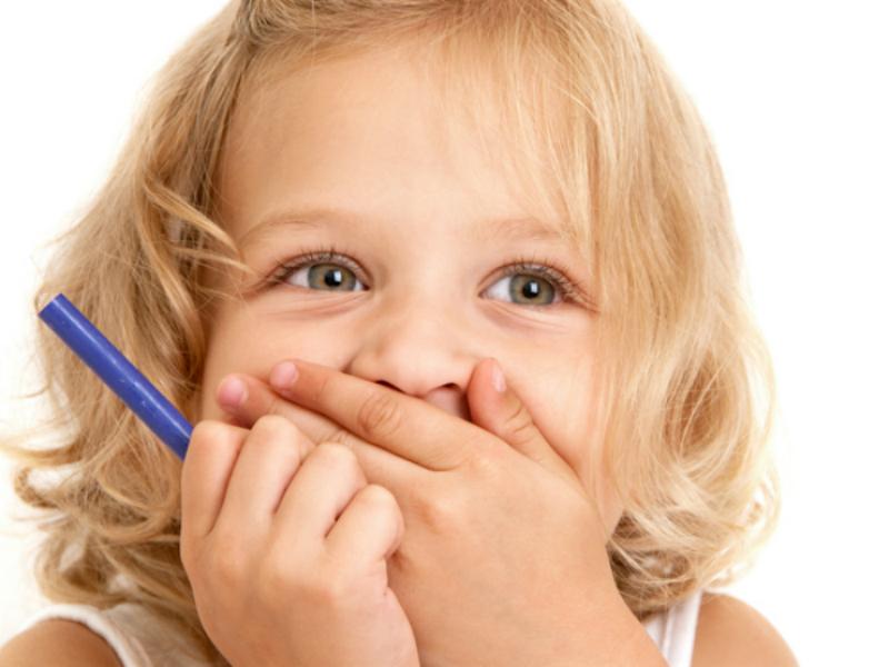 Το παιδί σας βρίζει; 10 συμβουλές για να το βοηθήσετε να σταματήσει τις «κακές λέξεις»