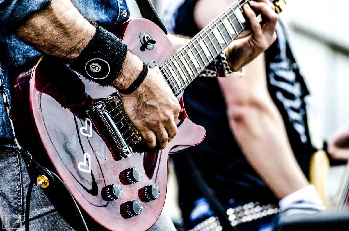 Ένας δάσκαλος πολύ… ροκ: Το πρωί διευθυντής δημοτικού σχολείου, το βράδυ κιθαρίστας
