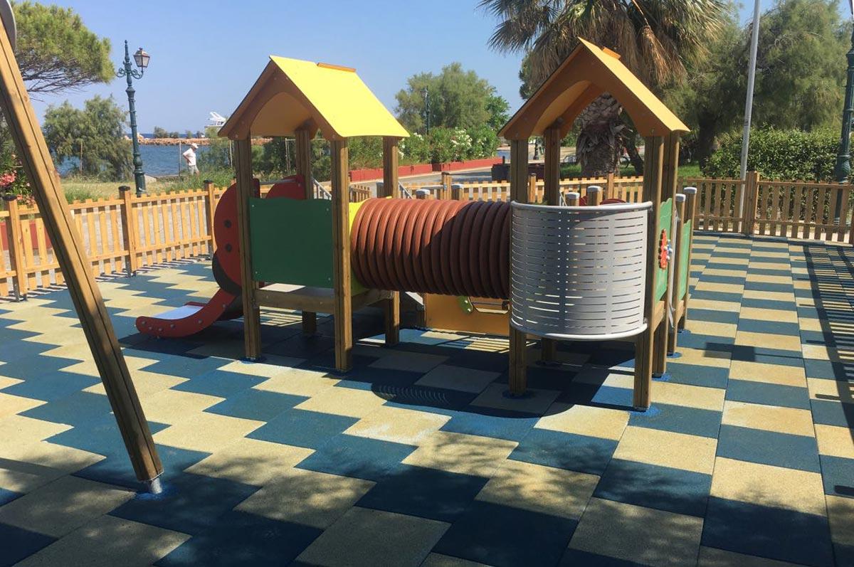 Ραντεβού για ανέμελο και ασφαλές παιχνίδι στην ολοκαίνουργια παιδική χαρά στην παραλία Νέας Μάκρης
