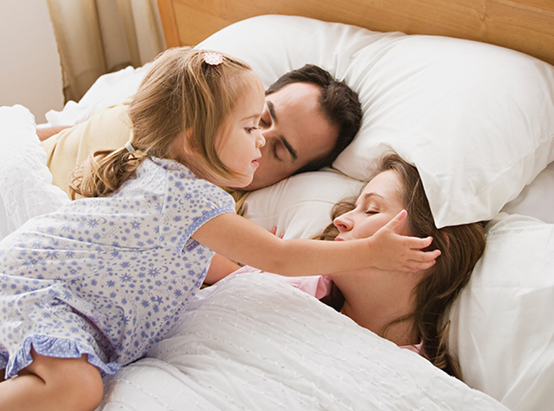 Η επιστήμη απαντά: Γιατί το νηπιάκι σου σε ξυπνά συνέχεια όταν κοιμάσαι;