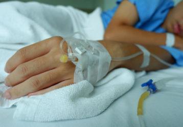 "FDA: ""Είναι ντροπή για μία ανεπτυγμένη χώρα να έχει παιδιά που νοσηλεύονται ή πεθαίνουν από κορωνοϊό"""