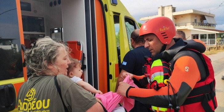 Ο πυροσβέστης που έσωσε το βρέφος και τη γιαγιά του από το πλημμυρισμένο Μπούρτζι μιλά στο infokids.gr