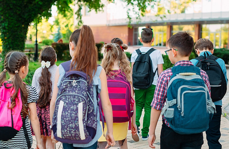 """Ο παιδίατρος καθησυχάζει: """"Τα παιδιά ΔΕΝ αρρωσταίνουν σοβαρά από κορωνοϊό. Είναι ασφαλές να πάνε σχολείο"""""""