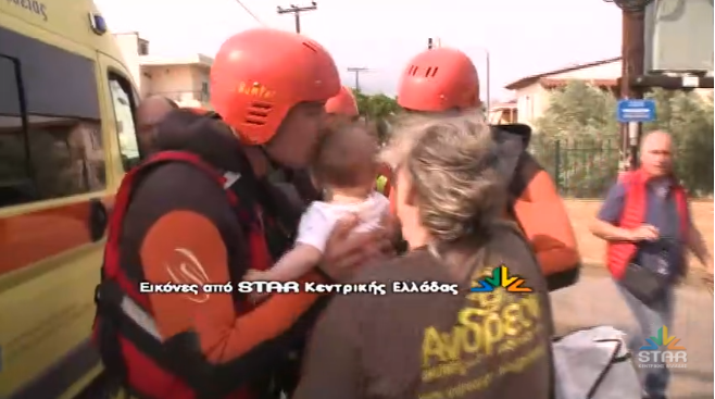 Θεομηνία στην Εύβοια: Η συγκινητική στιγμή που διασώστης φιλά το μωρό που έσωσε