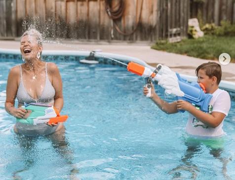 """""""Δεν είμαστε εδώ ως διακοσμητικά για τις ξαπλώστρες"""": Γιατί οι φωτογραφίες αυτής της μαμάς με μαγιό """"ρίχνουν"""" το Instagram;"""
