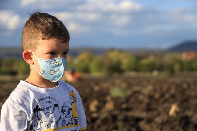 Πώς να εξηγήσετε στα μικρά παιδιά γιατί πρέπει να φοράμε μάσκα