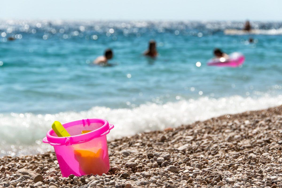 Δήμος Αλίμου: Μοιράζει το πρώτο έντυπο οδηγιών προστασίας από τον covid-19 στις παραλίες