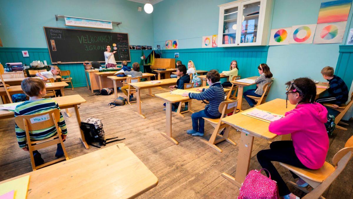 Οι ευρωπαίοι μαθητές επιστρέφουν στα σχολεία με μάσκες και σε τάξεις με μικρότερο αριθμό μαθητών