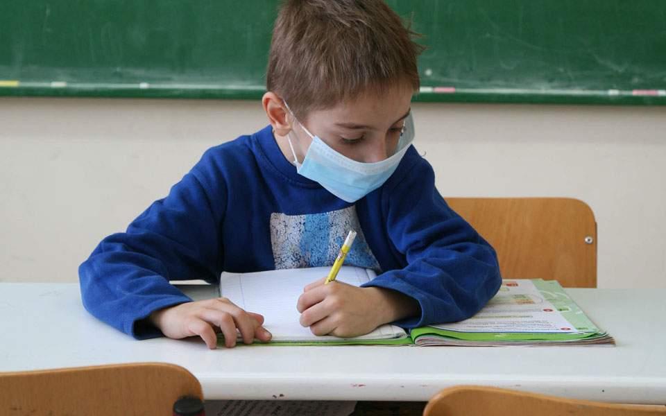 Μόσιαλος: Τα σχολεία να ανοίξουν με λιγότερους μαθητές ανά τάξη, τηλεκπαίδευση και δειγματοληπτικά τεστ κορωνοϊού