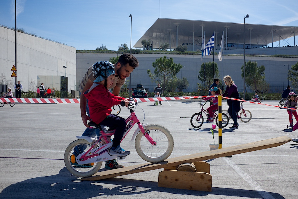 Τα 10 βήματα για να μάθουμε ποδήλατο σε ένα παιδί – Δείτε το βίντεο