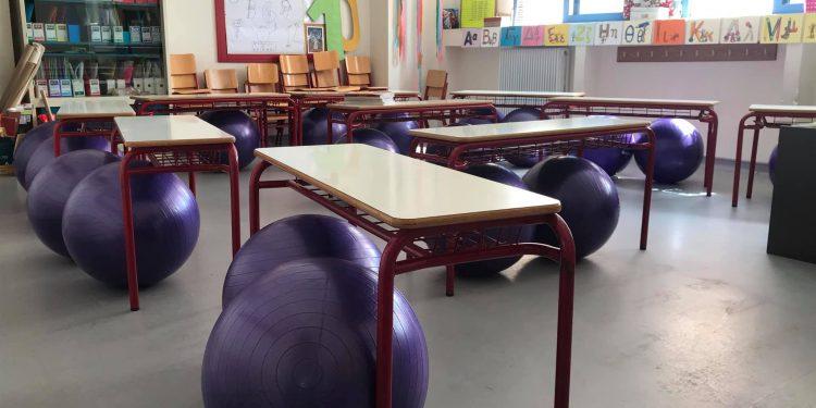 Τα πρωτάκια του 10ου Δημ. Σχολείου Τρικάλων κάθονται σε μπάλες ισορροπίας και απολαμβάνουν το μάθημά τους